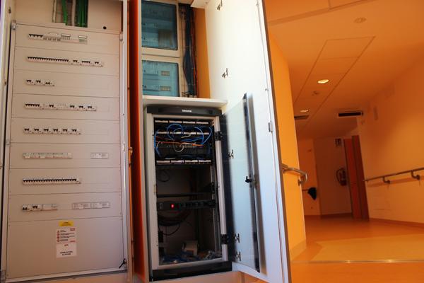 All'armadio di piano, posizionato lungo il corridoio, fanno capo l'impianto elettrico e quello di telecomunicazione