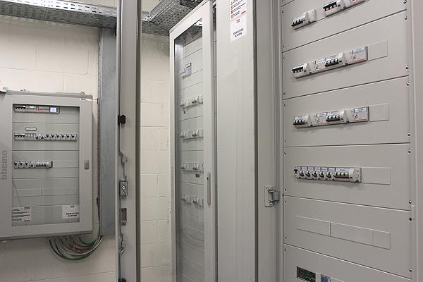 La logistica è alla base della capacità di completare gli impianti elettrici di due padiglioni in un solo mese, nell'immagine i quadri elettrici del primo padiglione