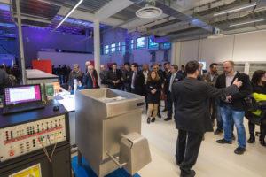 Dimostrazione di un test di power input su un tritacarne commerciale, durante il tour del laboratorio