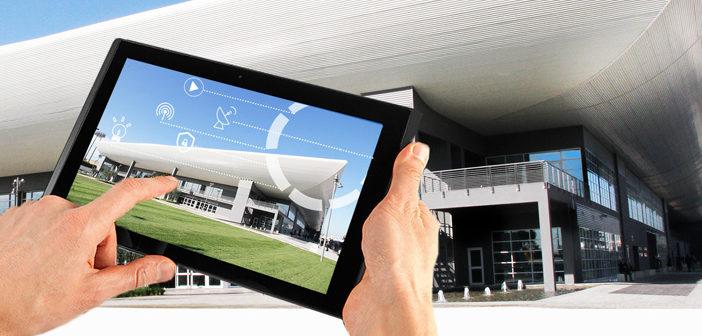 Gebäudemanagement mit dem Tablet: In vielen modernen Bürohäusern lassen sich Licht, Jalousien oder Türen zentral über das Internet steuern. Das bringt Effi zienzgewinne, birgt aber auch Gefahren.