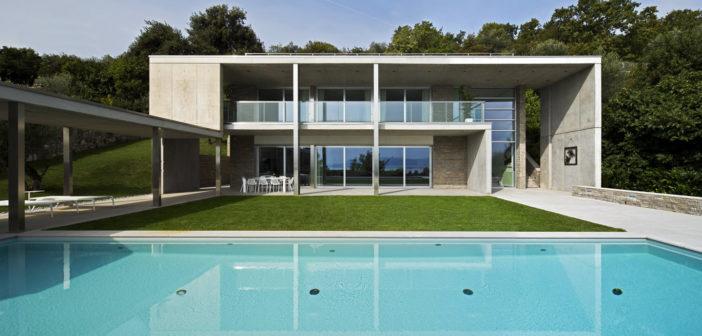 Sul Garda un'elegantissima villa con domotica AVE: l'abitare diventa hi-tech fra comfort, sicurezza e design